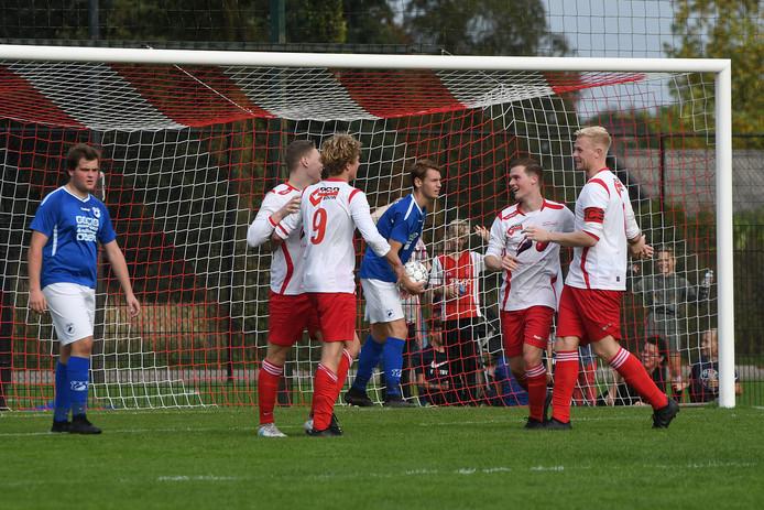 Jeroen Bardoel wordt bejubeld door zijn teamgenoten van Vianen Vooruit na een van zijn doelpunten tegen SVSSS.