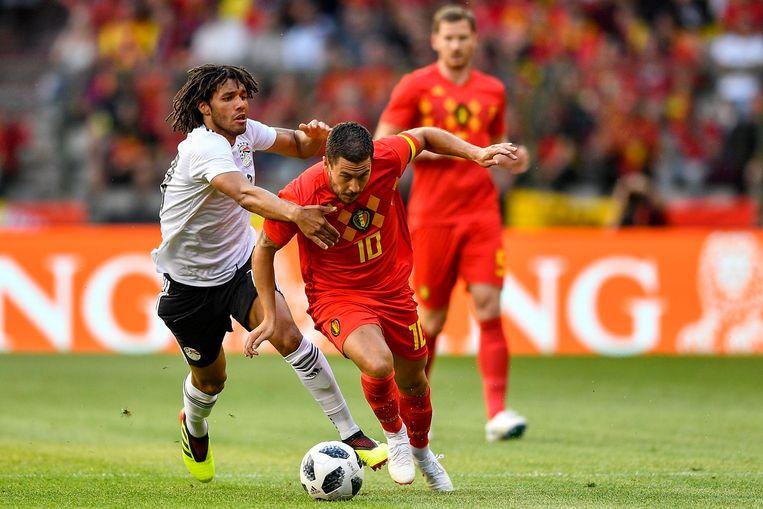 Elneny probeert Hazard af te stoppen.