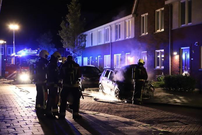 Een van de auto's die in vlammen opging in Gouda.