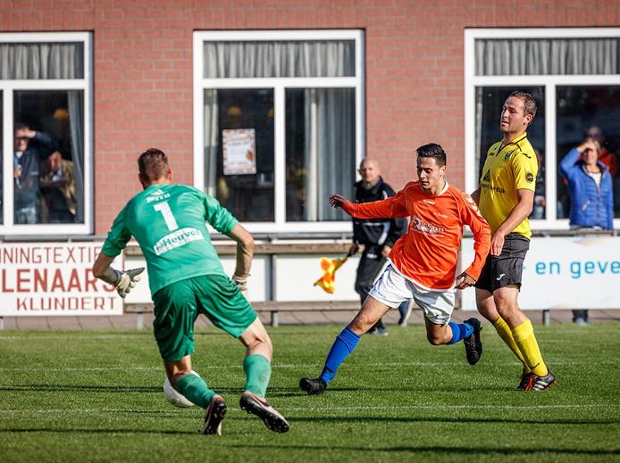 Seolto-speler Yannick van Niekerk, in oranje, die langs Niels de Groot van Halsteren speelt. Uiteindelijk weet Halsteren-keeper Erik Schrauwen de bal te stoppen.