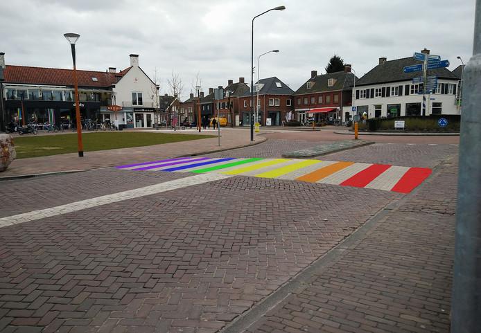 Zo zou het regenboogzebrapad op het Plein in Vlijmen, hier bij de rotonde met de St Catharinastraat, er uit kunnen zien.