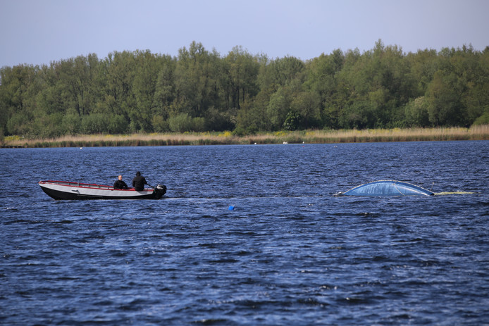 Mensen vallen van zeilboot op Noord Aa.