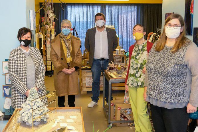 Sarah De Laet (links) opende de PopShop1820 in Perk woensdag officieel samen met drie andere kleine zelfstandigen en burgemeester Kurt Ryon (midden).