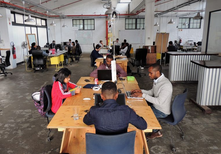 Siyabonga Tiwana (rechts) met werknemers van zijn start-up Skywalk Innovations in Kaapstad. Beeld Niels Posthumus