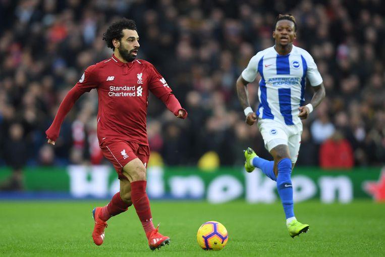 Mohamed Salah (Liverpool) en Gaetan Bong (Brighton) tijdens de wedstrijd.  Beeld Getty Images
