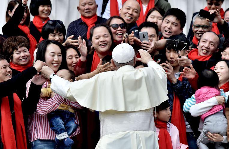 Paus Franciscus begroet Chinese volgelingen in Vaticaanstad, in 2018.  Beeld vk