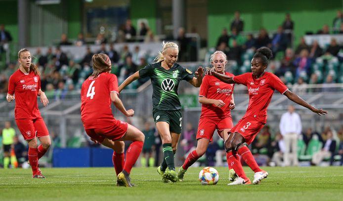 Ook drie speelsters van FC Twente - Suzanne Giesen, Cheyenne van den Goorbergh en Danique Ypema (vlnr) - kunnen Wolfsburg-vedette Pernille Harder niet afstoppen.