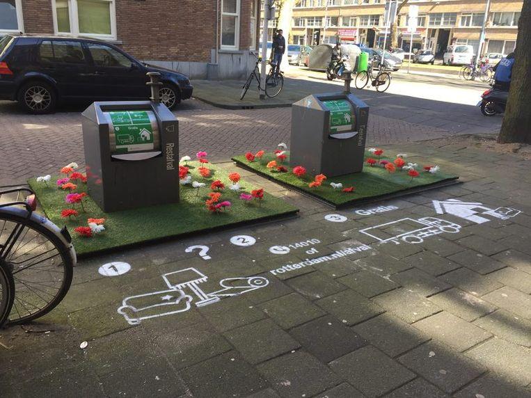 Een afvalcontainer met kunstgras en bloemetjes in de Tarwewijk Beeld Gemeente Rotterdam