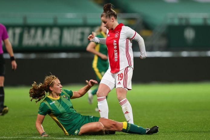 ADO-speelster Priscilla Mesker (liggend) gaat er bij haar rentree stevig in. Eshly Bakker (Ajax) is het slachtoffer. Foto: BSR Agency