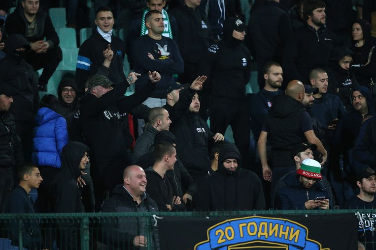 Bulgaarse fans brengen de Hitlergroet tijdens de kwalificatiewedstrijd Bulgarije-Engeland. Beeld BSR