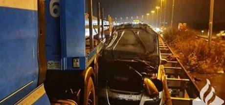 Auto komt klem te zitten bij uitwijkmanoeuvre van vrachtwagen in Tilburg