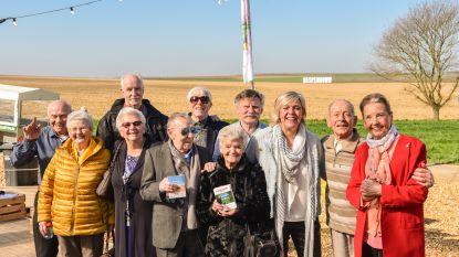 René en zijn vrienden van 'De wereld rond met 80-jarigen' openen Haspengouwse bloesemseizoen