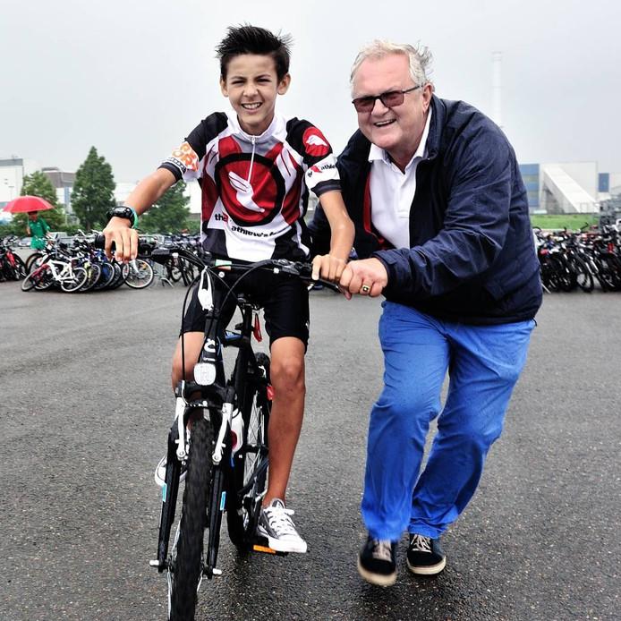 Jeugdronde-oprichter Fred Hendriks met zijn kleinzoon Nathan. Hendriks fietste zelf nooit mee, maar wil zijn kleinzoon het fietsplezier graag meegeven. Foto peter van trijen/pix4profs