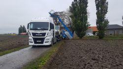 Hoogtewerker kantelt op vrachtwagen: 27-jarige man valt meters naar beneden en is zwaargewond