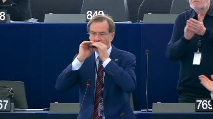 Europees parlementslid speelt mondharmonica bij afscheid