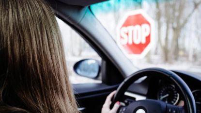 Kinderen niet vastgeklikt en geen begeleider in de auto: leerling-chauffeur krijgt rijverbod en boete