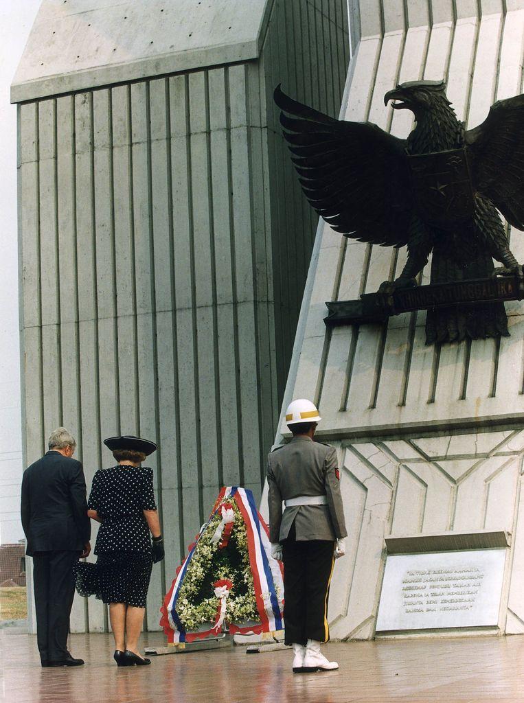 Op de eerste dag van het staatsbezoek leggen koningin Beatrix en prins Claus een krans op de Indonesische heldenbegraafplaats Kalibata. Beeld Cor Mulder / ANP
