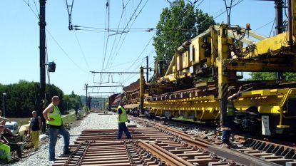 Werken aan spooroverweg in Appelstraat