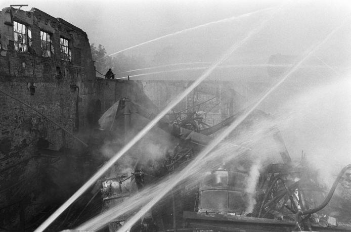 Het bluswerk bij de brand bij Brinkers duurde dagen.