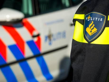 Pool slingert met 30 km/u over A6 bij Lelystad: politie ontdekt drie mensen onder afdekzeil in laadruim