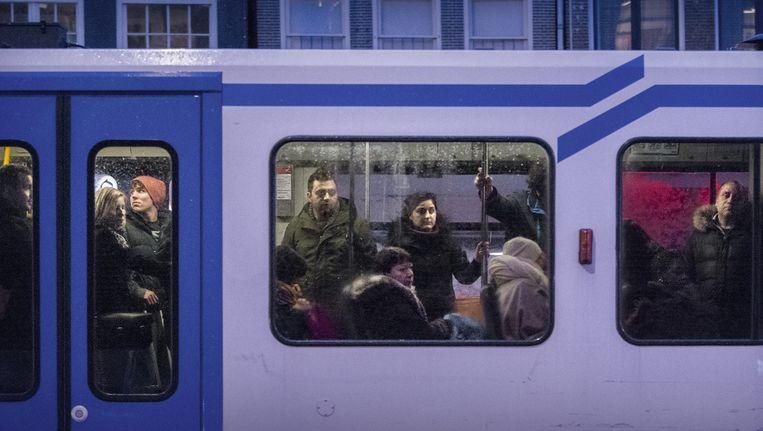 Een volle tram in het Amsterdamse verkeer Beeld Rink Hof