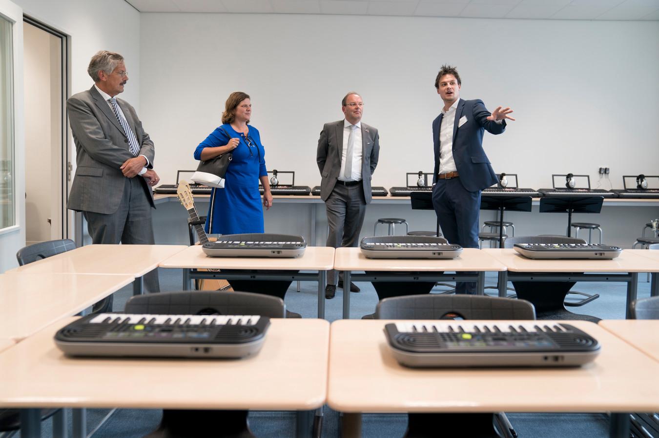 Na de officiële opening mochten belangstellenden rond kijken in het nieuwe schoolgebouw. Dit is het muzieklokaal.