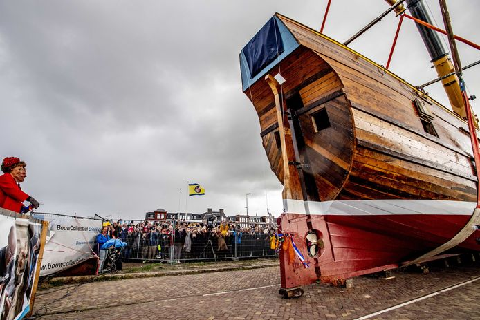 Prinses Margriet verricht de doop van het gereconstrueerde expeditieschip van Willem Barentsz.