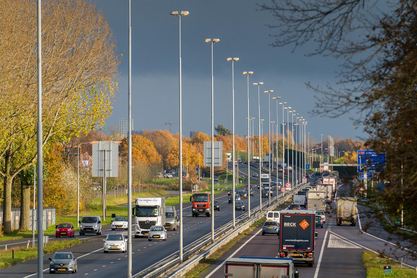 De verlichting op de A59, vanaf het Ei van Drunen tot aam Vlijmen/Nieuwkuijk brandt al vele maanden lang, 24 uur per dag. Voor het einde van het jaar moet de storing in een schakelkast zijn verholpen, waardoor de verlichting niet óf permanent aan, óf permanent uit moet.