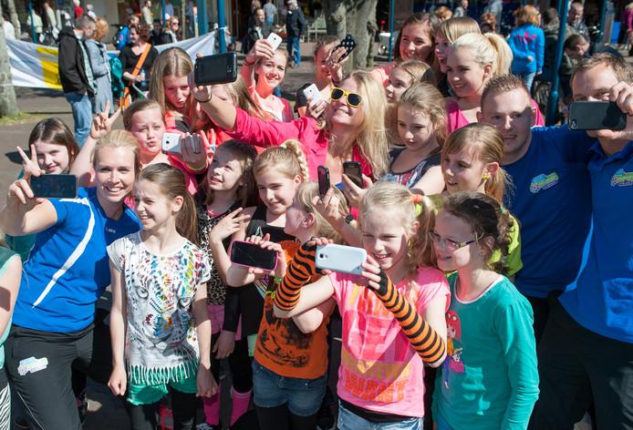 In het verleden werd de Nationale Sportweek in Epe geopend door kinderen en hun sportmaatje massaal een selfie te laten maken.