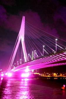 Profijt van nieuwe verlichting: Erasmusbrug krijgt weer ander kleurtje