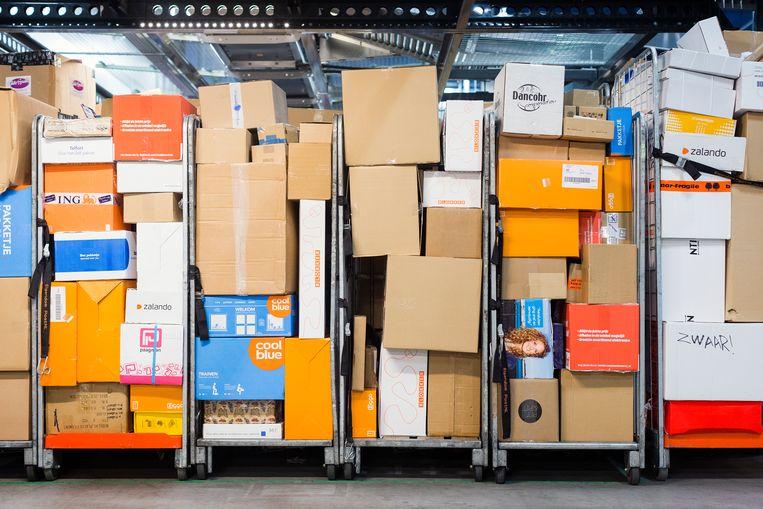 Winkels en webwinkels verkopen halters, yogamatjes, microfoons en bordspellen als Pandemic. Pakketbezorging door Post NL. Beeld Jiri Buller