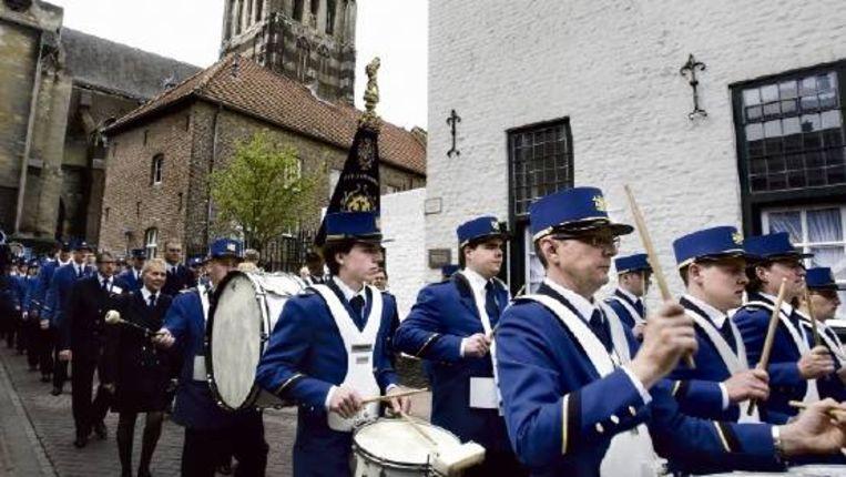 De harmonie verlaat de Grote Kerk in Sittard na de herdenkingsmis voor Toon Hermans. ( FOTO KOEN VERHEIJDEN) Beeld
