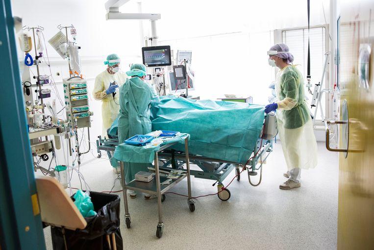 Een patiënt met Covid-19 wordt behandeld op de intensive care van een ziekenhuis in Kopenhagen.