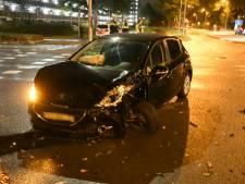 Flinke botsing tussen twee auto's op Knalhutteweg in Enschede