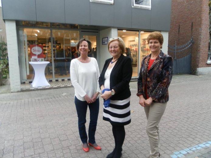 De gastvrouwen van de VVV voor het nieuwe pand in de Peperstraat.