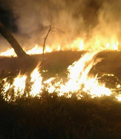 Brandweer blust heidebrand in Elspeet