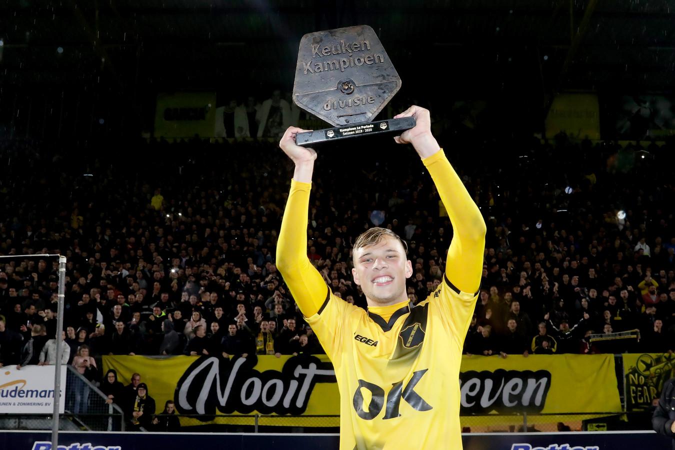 De grote man was uiteraard Sydney van Hooijdonk. Hij poseert voor de B-Side met de prijs.