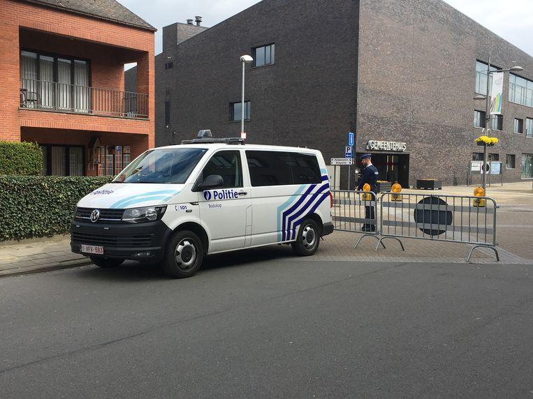 De Lemanstraat is hermetisch afgesloten door de politie. Tot hoe laat de reconstructie zal duren, is nog niet bekend.