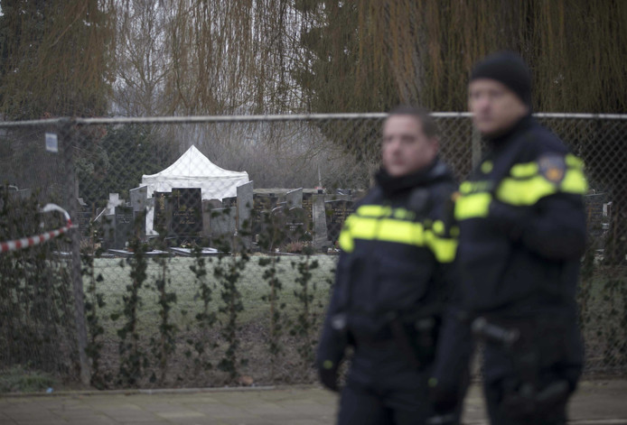 Politie bewaakt de begraafplaats aan de Beente in Maastricht, waar naar het lichaam van Tanja Groen gezocht wordt