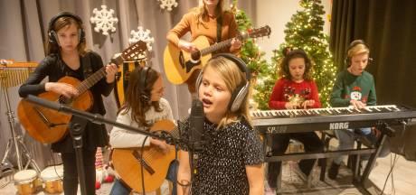 Volkelse kinderen stralen door hun eigen kersthit: 'Het mooiste kerstgeschenk is de lach die je aan iemand geeft'