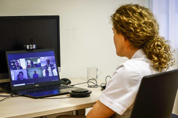 IC-verpleegkundige Karin Dunnink in gesprek tijdens het digitale werkbezoek van koning Willem-Alexander aan het Isala ziekenhuis.