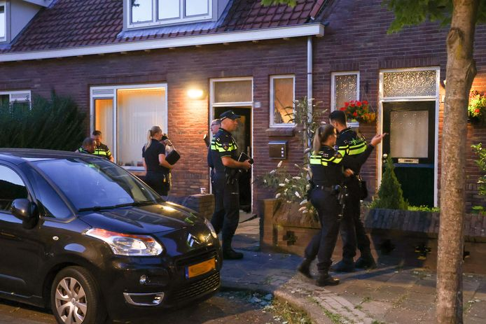 Politie bij de woning van de vrouw na de vondst van haar dode huisgenoot