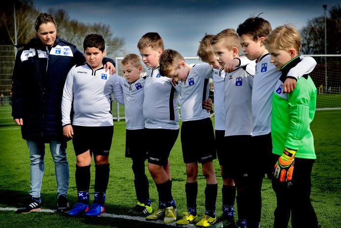 Een  minuut stilte van leeftijdsgenoten van JO11-6 voor Diego bij VV Wieldrecht na zijn dood in 2017.