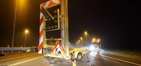 Duitse auto rijdt in op werkzaamheden A1: snelweg afgesloten, bestuurder gevlucht