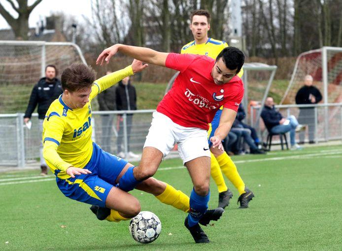 Wesley Kotta (rechts) vecht namens Roosendaal een duel uit met Sarto-speler Koen van Bokhoven.