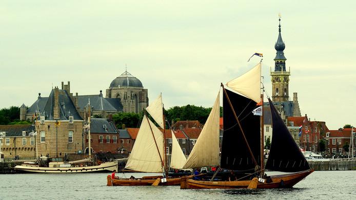 Historische schepen passeren Veere tijdens de Van Loon Hardzeildag.