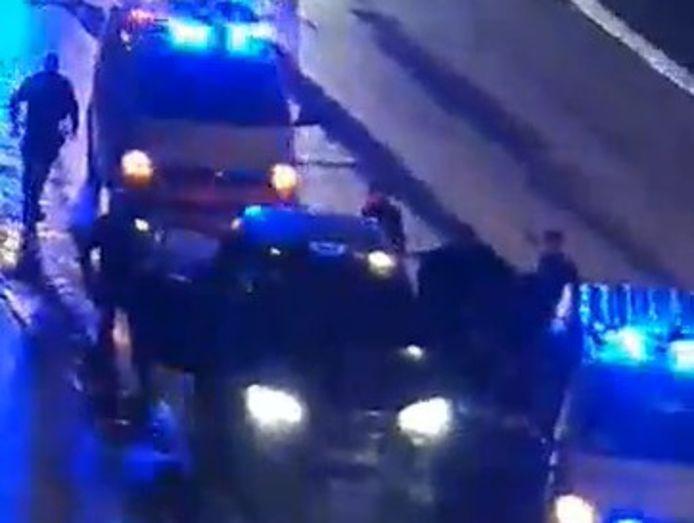 Screenshot uit een video van de arrestatie langs de Ringlaan in Oostende. Een taxi werd klemgereden.