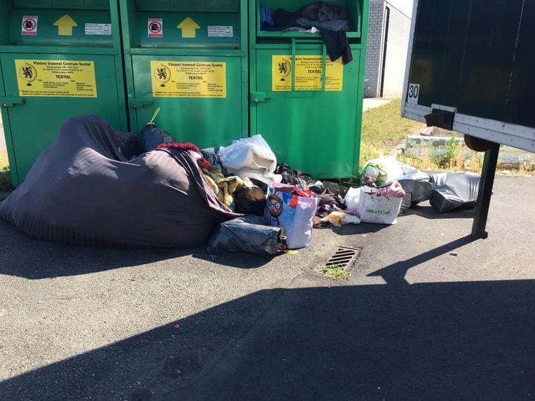 Aan de textielcontainers wordt regelmatig afval achtergelaten.