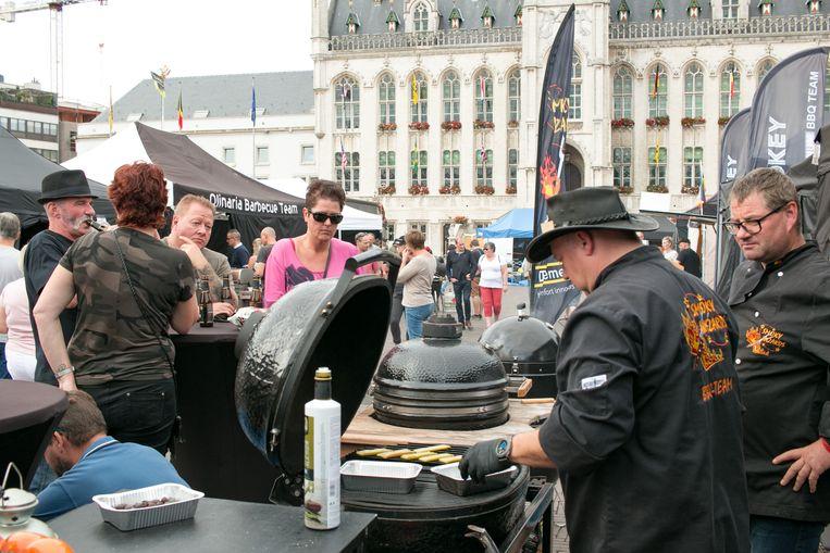 Intussen vindt op de Markt ook het BBQ-kampioenschap van het Waasland plaats, met 45 teams uit binnen- en buitenland.