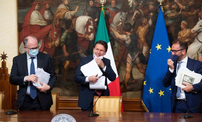 Le Premier ministre italien Giuseppe Conte (au centre), le ministre de l'Économie Roberto Gualtieri (à gauche) et le ministre de la Justice Alfonso Bonafede (à droite)